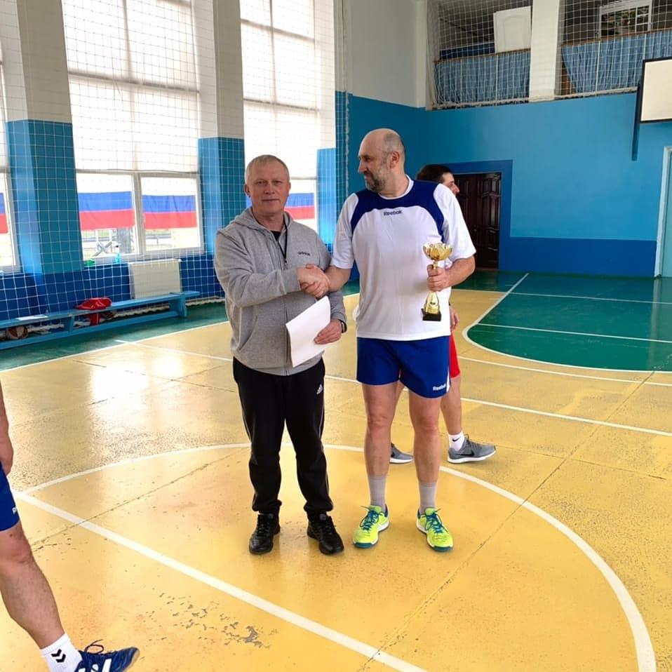 Ветераны спорта обыграли молодых на соревновании по баскетболу в Выселках