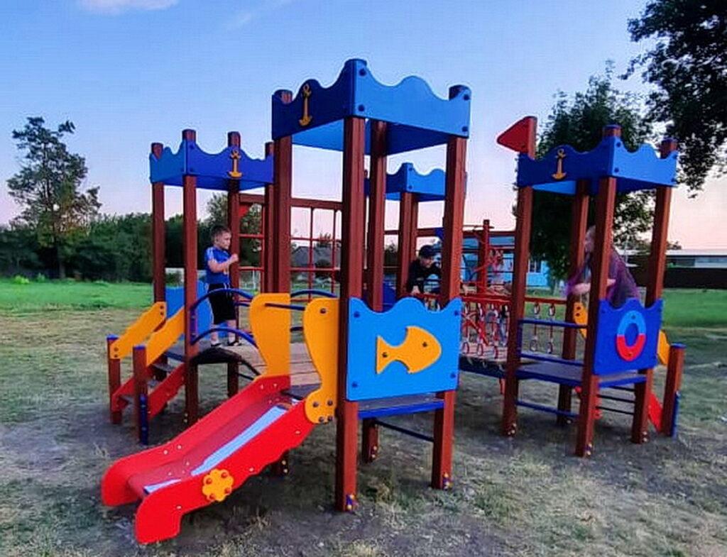 Новая детская площадка в Новомалороссийской